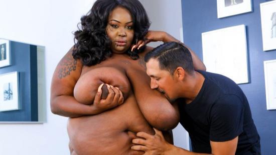 Сосёт огромную жирную грудь