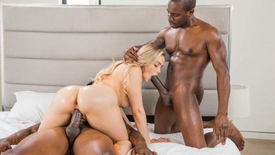 Негры порят жёстко красивую блондинку во все дырки
