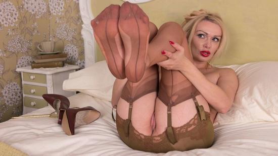 Мачеха в спальне мастурбирует скрытая камера