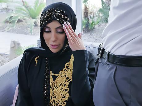 Юный пацан трахает зрелую мусульманку в хиджабе