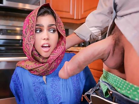 Трахает арабку молоденькую в хиджабе по принуждению и кончает в пизду